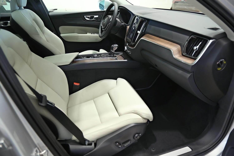صورة داخلية للسيارة  فولفو XC60 T5 2020