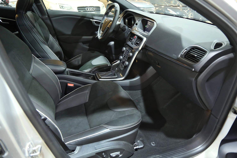 صورة داخلية للسيارة  فولفو V40 T5 2018