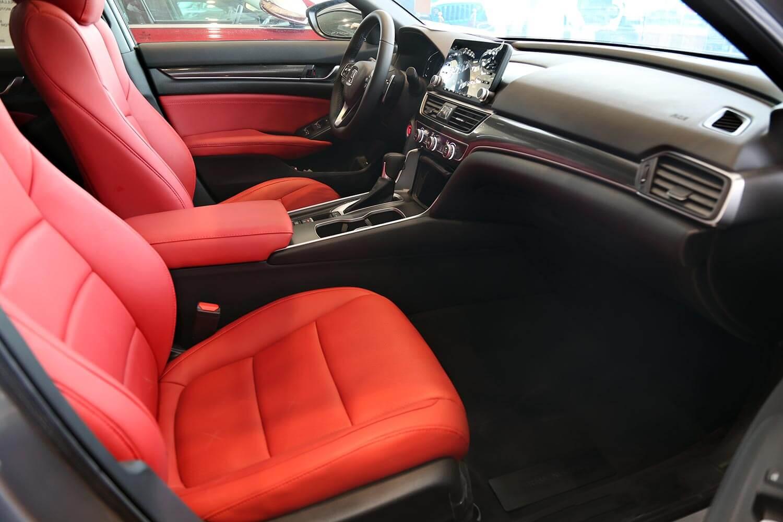 صورة داخلية للسيارة  هوندا اكورد LX SPORTجلد احمر 2019