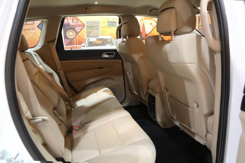 صورة داخلية للسيارة  جيب جراند شيروكي لارييدو 2020