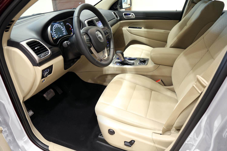 صورة داخلية للسيارة  جيب جراند شيروكي لارييدو _ دبل 2020
