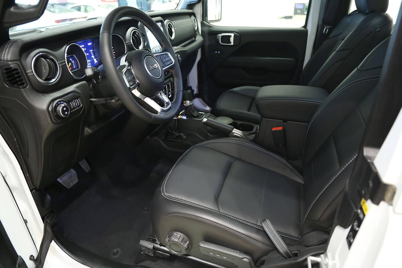 صورة داخلية للسيارة  جيب رانجلر Sahara Plus 2020