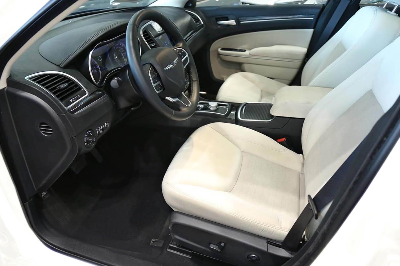 صورة داخلية للسيارة  كرايسلر 300 ليميتد 2020