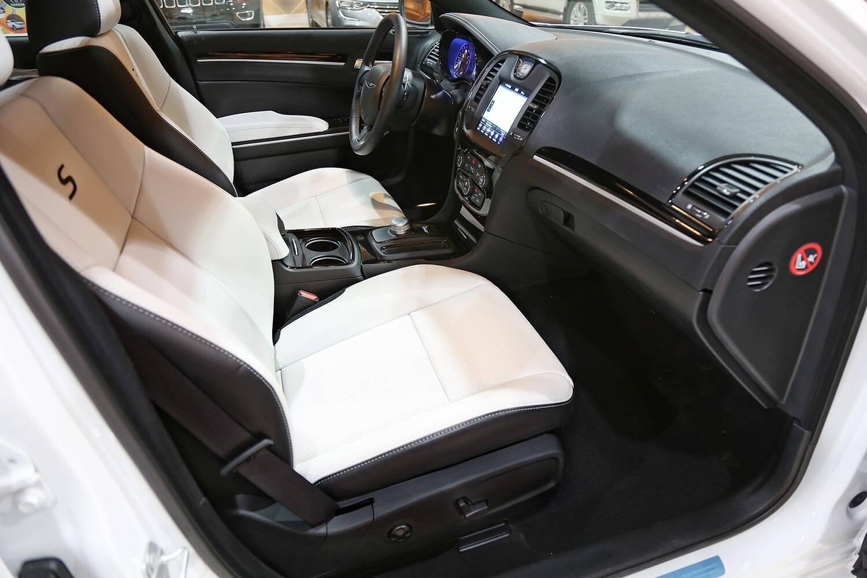 صورة داخلية للسيارة  كرايسلر 300S 3.6L 2020