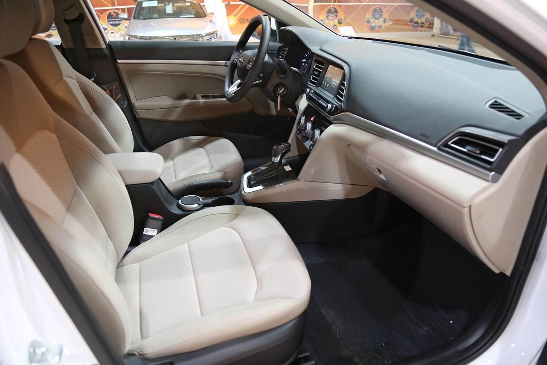 صورة داخلية للسيارة  هيونداي النترا GLS 2020