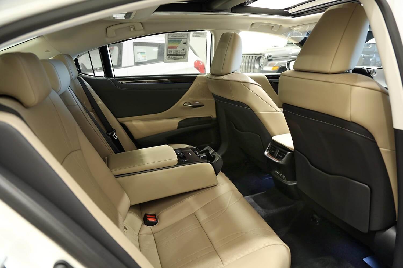 صورة داخلية للسيارة  لكزس ES350 CC 2020
