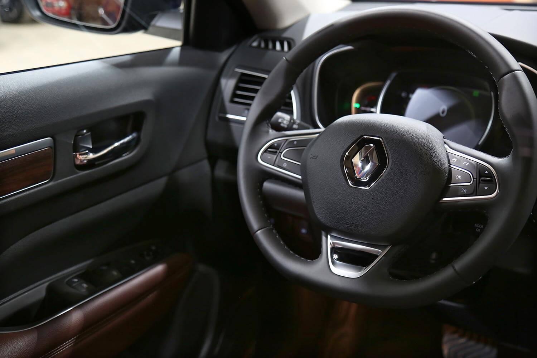 صورة داخلية للسيارة  رينو كوليوس LE جلد بني 2021