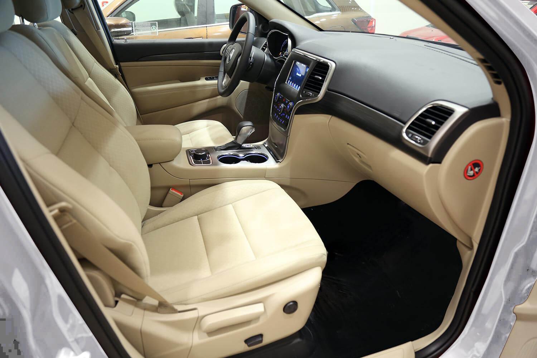 صورة داخلية للسيارة  جيب جراند شيروكي لارييدو _ دبل 2021