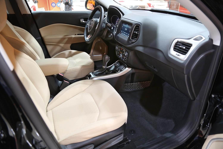 صورة داخلية للسيارة  جيب كومباس Longitude - PLUS 2021