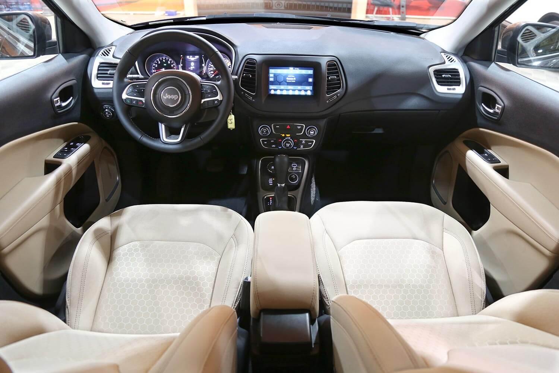صورة داخلية للسيارة  جيب كومباس لونغتيود 2021