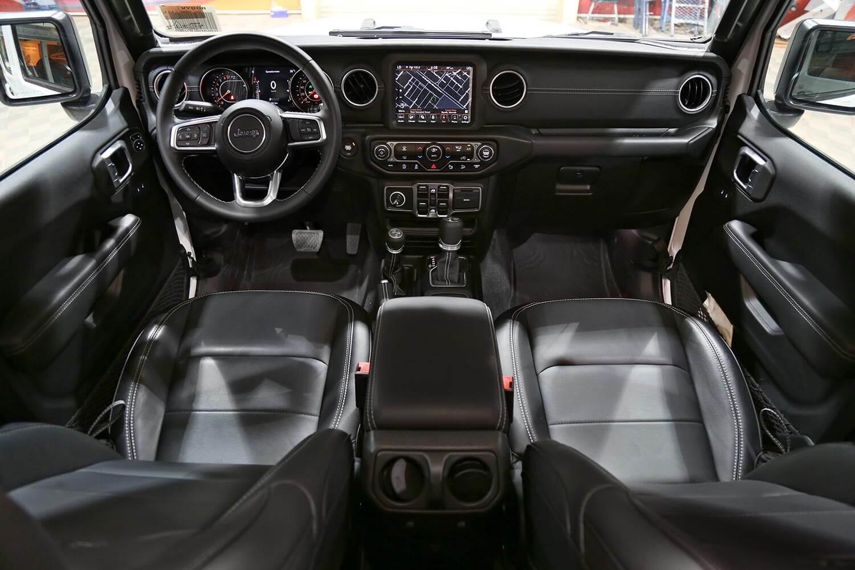 صورة داخلية للسيارة  جيب رانجلر Sahara Plus 2021