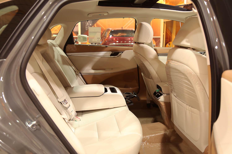 صورة داخلية للسيارة  هيونداي ازيرا MID 2022